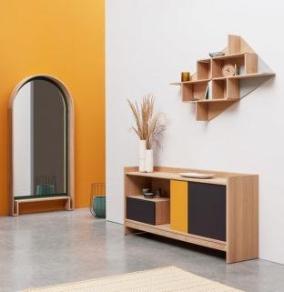 Aménagement entrée béton ciré meuble bois porte coulissante mur jaune moutarde