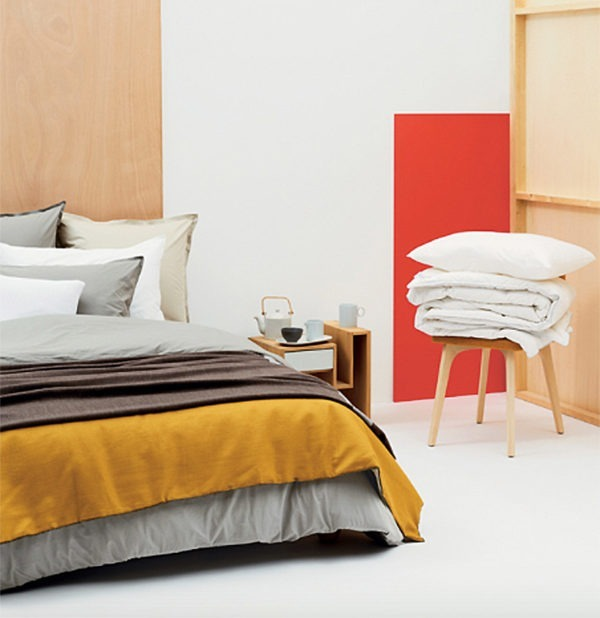 Chambre table nuit bois tiroir gris lit drap camaïeu housse grise jaune moutarde beige
