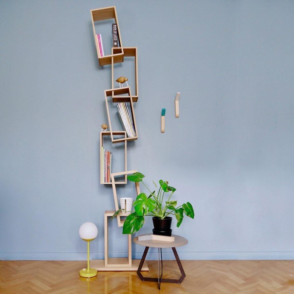 bibliothèque kao rectangle bois équilibre salon mur bleu gris parquet chevron plante monstera