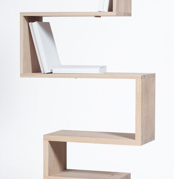 Bibliothèque géométrique étagère sur pied bois clair massif brut Drugeot