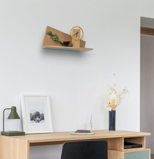 idée agencement décoration murale mur blanc étagère en bois massif chêne naturel horloge à poser bureau vase soliflore cadre photo noir blanc lampe béton