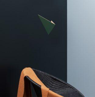 ambiance décoration minimaliste fauteuil rotin noir pashemina plaid couvert orange mur noir bleu applique lampe mural vert bois