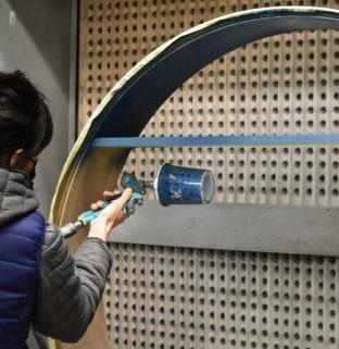 atelier menuisier coloration personnalisation bois grand miroir rond tablette bleu foncé meuble haut de gamme sur-mesure
