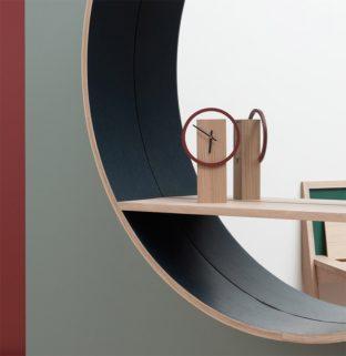 idée décoration intérieure inspiration agencement déco minimaliste petite horloge en bois grand miroir console avec tablette intégrée mur vert kaki rouge foncé