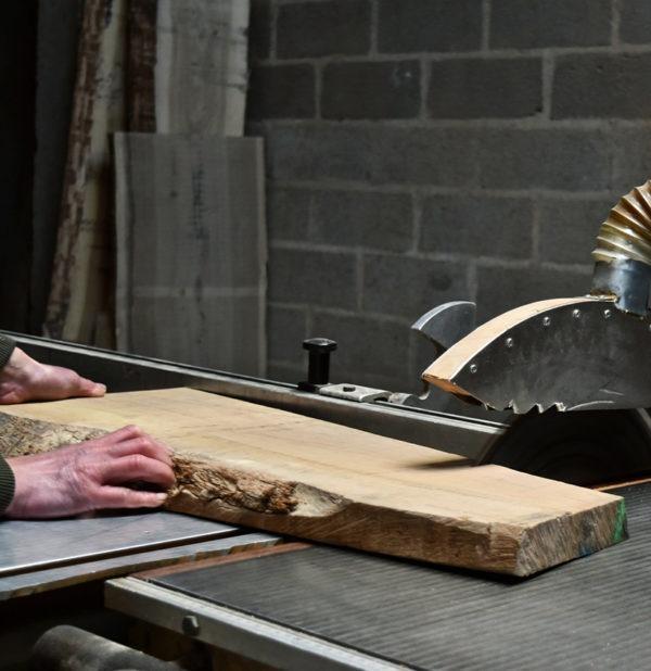 découpe du bois chêne massif éco responsable atelier menuiserie maine et loire meuble fabriqué en France