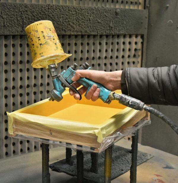 meuble miroir tiroir sur mesure personnalisation du bois laquage couleur dorée pulvérisateur peinture
