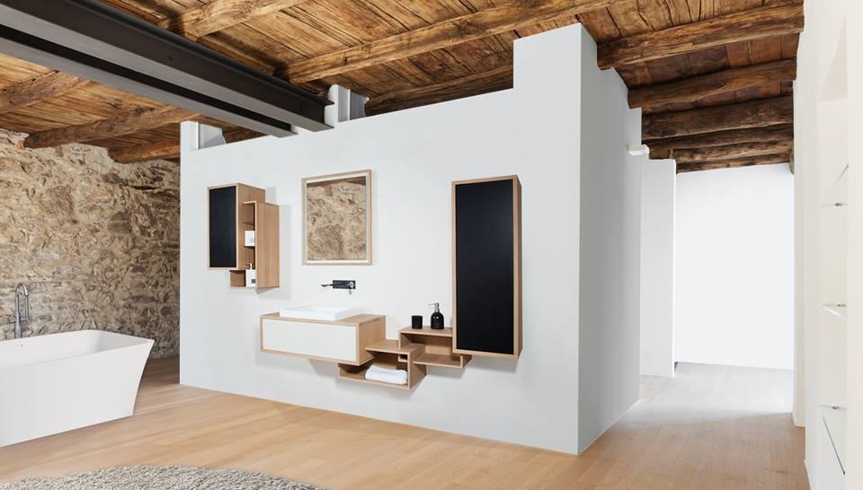 meuble sur mesure mural en bois mobilier de rangement pour salle de bain décoration intérieure architecte personnalisation couleur miroir design tendance grand salle de bain appartement moderne style industriel poutres bois parquet