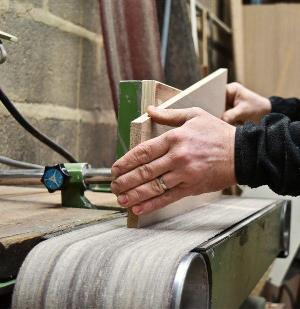 travail poncage bois chêne massif atelier fabrication de meubles en France Anjou Maine et Loire menuiserie Drugeot