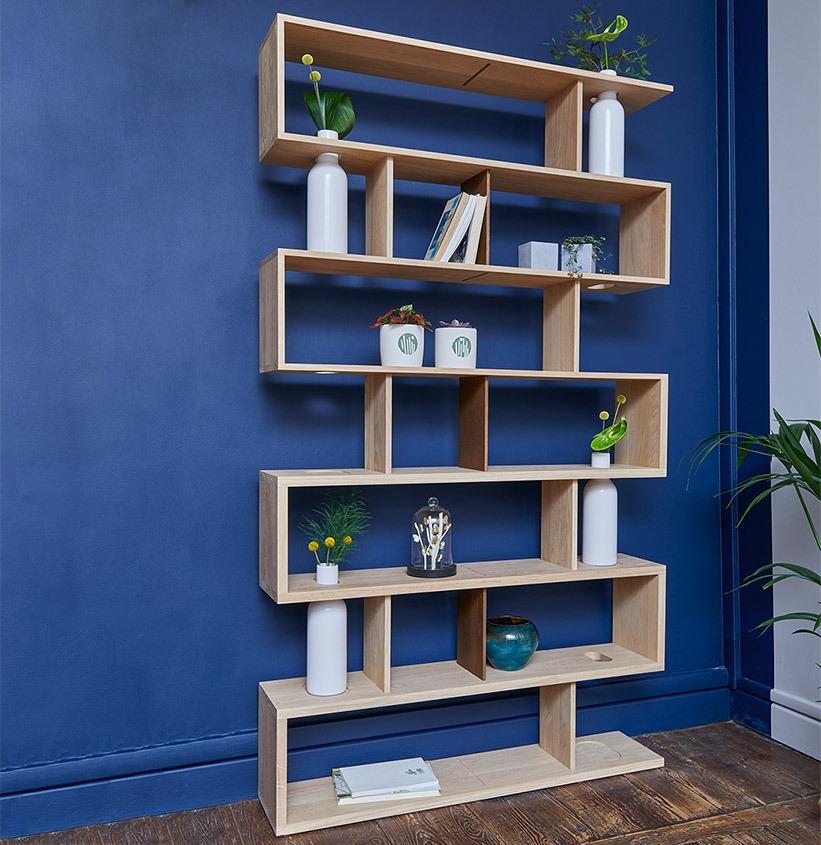 Salon mur bleu Klein Bibliothèque Drugeot intégrant vase soliflore