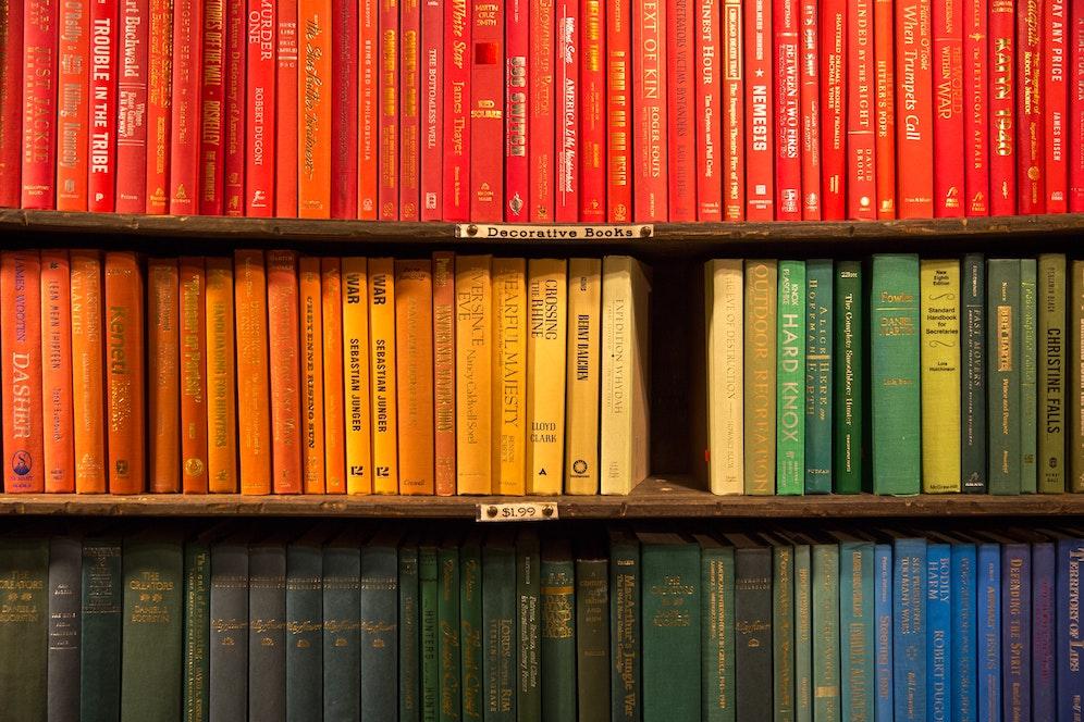Ranger livres couleur étagère murale bois arc-en-ciel