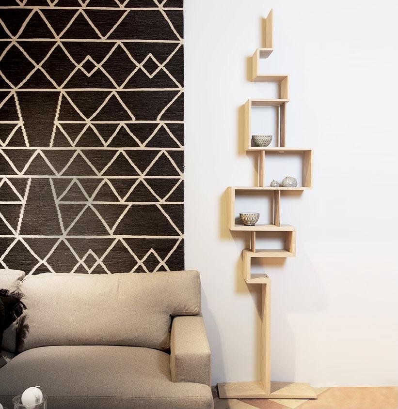 décoration salon bois et noir bibliothèque chêne massif tapis suspendu